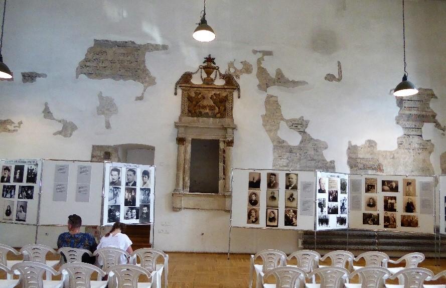 Вдоль стен стеллажи с фотографиями еврейских семей еврейского Казимежа