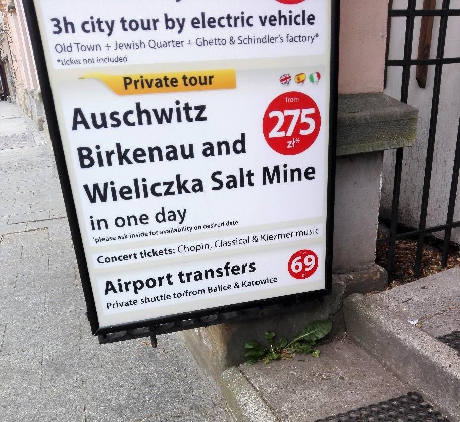 В Кракове множество экскурсионных бюро и пред каждым вот такая реклама
