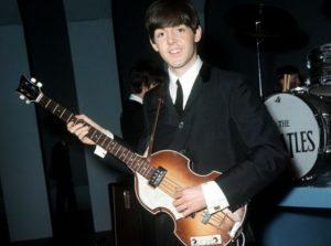 Поль Маккартни с гитарой для леворуких