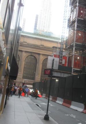 7. Grand Central: перекрытие улицы при переноске тяжестей над головами пешеходов