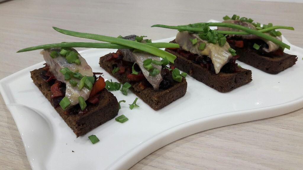 Современная имитация ленинградского бутербродика с сельдью и винегретом