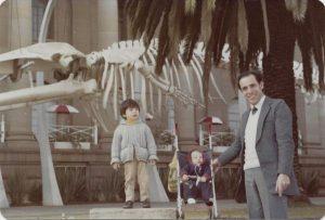 Музей Претория, перед фасадом скелет динозавра. Я с сыном и дочкой, 1980г.
