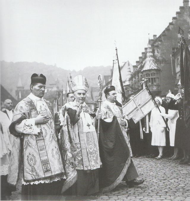 Архиепископ Конрад Грёбер при своей интронизации 20-го июня 1932 года
