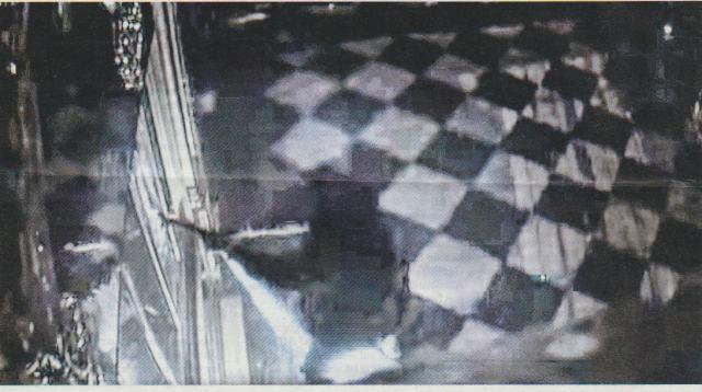 Взломщики перед витриной
