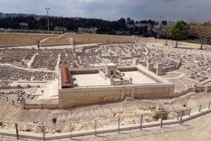 Общий вид Иерусалима христовых времен. На переднем плане — макет Первого храма